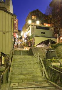 伊香保温泉石段の夕景の写真素材 [FYI04733395]