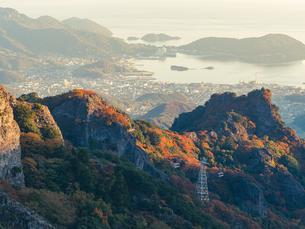 【香川県 小豆島】秋の寒霞渓からみるロープウェイと町並みの様子の写真素材 [FYI04733420]
