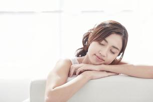 キャミソールを着た若い日本人女性の写真素材 [FYI04733654]