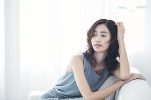 ソファに座る若い日本人女性の写真素材 [FYI04733673]