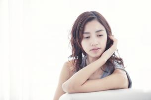 ソファに座る若い日本人女性の写真素材 [FYI04733674]