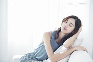 ソファに座る若い日本人女性の写真素材 [FYI04733676]