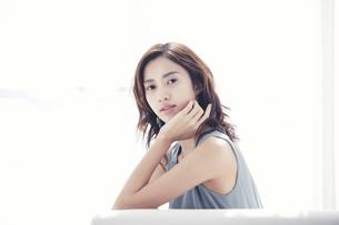 ソファに座る若い日本人女性の写真素材 [FYI04733677]
