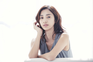 ソファに座る若い日本人女性の写真素材 [FYI04733680]