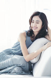 ソファに座る若い日本人女性の写真素材 [FYI04733683]