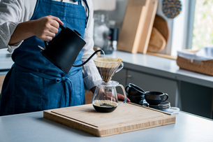 Man making coffee in the kitchen. Delicious coffee image.の写真素材 [FYI04733713]