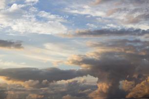 広大な夕焼け空に広がるドラマチックな大きな雲の写真素材 [FYI04733984]