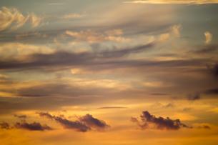 オレンジ色に染まる夕焼けの空の背景素材写真の写真素材 [FYI04733989]