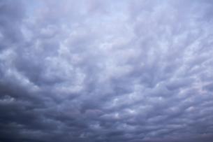 空を覆う灰色の雲の背景素材写真の写真素材 [FYI04733998]