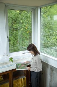 カフェギャラリーで読書する女性の写真素材 [FYI04734361]