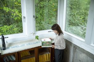 カフェギャラリーで読書する女性の写真素材 [FYI04734364]