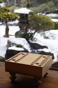 将棋盤と雪景色の写真素材 [FYI04734558]
