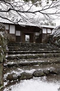 秋月城跡黒門の雪景色の写真素材 [FYI04734564]