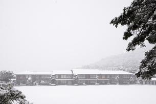 雪の秋月中学校の写真素材 [FYI04734577]