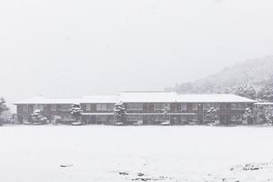 雪が降りしきる秋月中学校の写真素材 [FYI04734578]