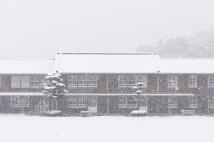 雪が降りしきる秋月中学校の写真素材 [FYI04734579]