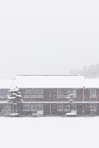 雪が降りしきる秋月中学校の写真素材 [FYI04734580]