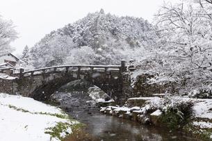 雪が降る秋月眼鏡橋の写真素材 [FYI04734581]