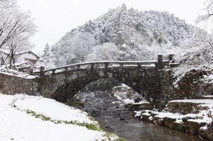 雪の秋月目鏡橋の写真素材 [FYI04734582]