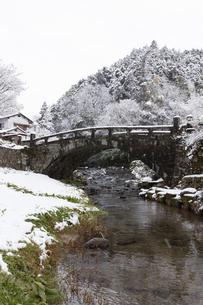 雪の秋月目鏡橋の写真素材 [FYI04734583]