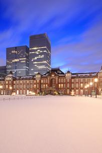 大雪後の東京駅の夜明けの写真素材 [FYI04734618]
