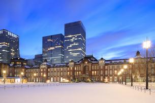 大雪後の東京駅の夜明けの写真素材 [FYI04734619]