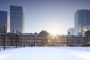 大雪後の東京駅の日の出の写真素材 [FYI04734620]