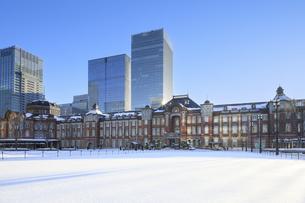 東京駅の雪景色の写真素材 [FYI04734621]