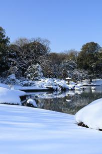 六義園の雪景色の写真素材 [FYI04734634]