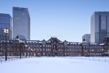 東京駅の雪景色の写真素材 [FYI04734638]