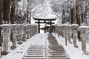 雪の三峯神社の写真素材 [FYI04734646]