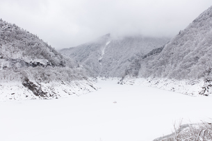 秩父湖の雪景色の写真素材 [FYI04734657]