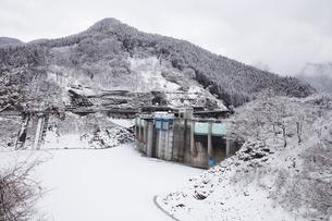 雪の二瀬ダムの写真素材 [FYI04734661]