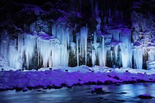 三十槌の氷柱のライトアップの写真素材 [FYI04734678]