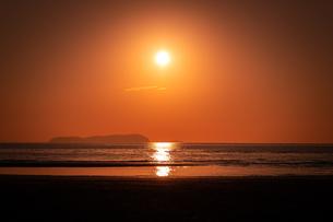 【香川県 三豊市】父母ヶ浜の夕暮れ 海の写真素材 [FYI04734687]