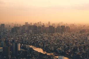 夕暮れの東京都心のビル群の写真素材 [FYI04734758]