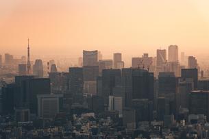 夕暮れの東京都心のビル群の写真素材 [FYI04734759]