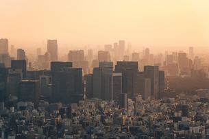 夕暮れの東京都心のビル群の写真素材 [FYI04734761]