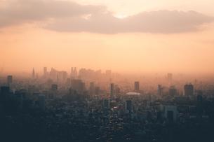 夕暮れの東京都心のビル群の写真素材 [FYI04734763]