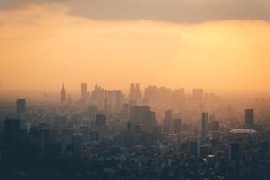 夕暮れの東京都心のビル群の写真素材 [FYI04734767]