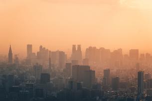 夕暮れの東京都心のビル群の写真素材 [FYI04734773]