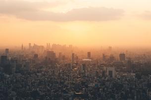 夕暮れの東京都心のビル群の写真素材 [FYI04734784]