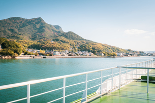 【香川県 小豆島】フェリーから見る瀬戸内海の様子 海上交通の写真素材 [FYI04734994]