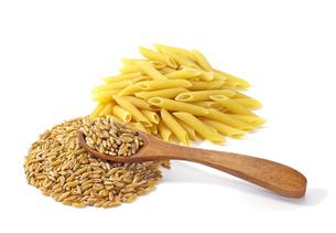 白背景のカムート小麦とカムートパスタの写真素材 [FYI04734997]