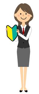初心者マークを持つ制服姿の女性のイラスト素材 [FYI04735010]