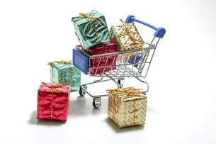 ミニチュアのショッピングカートに積まれたギフトボックスの写真素材 [FYI04735037]