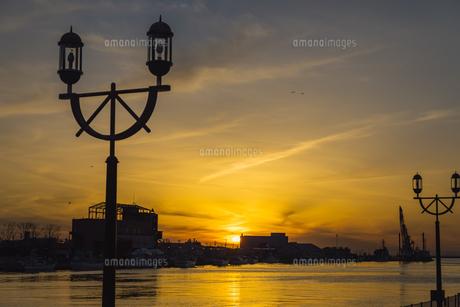 釧路港からの夕日の写真素材 [FYI04735054]