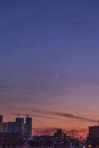 夕空の中の三日月の写真素材 [FYI04735057]