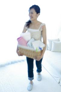 洗濯物を運ぶ女性の写真素材 [FYI04735120]