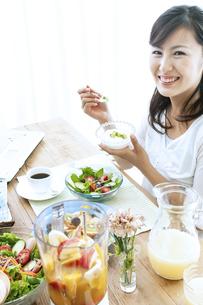 朝食を食べる女性の写真素材 [FYI04735130]